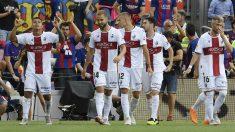 Los jugadores del Huesca celebran uno de los goles ante el FC Barcelona (AFP).