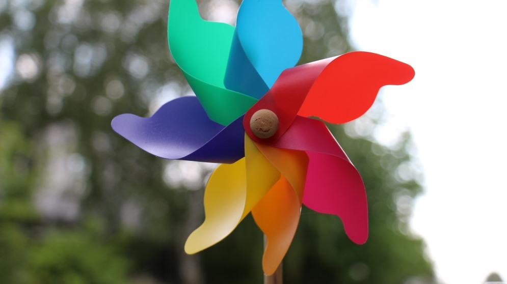 El molinillo de viento es una de las muchas manualidades que se pueden hacer en casa