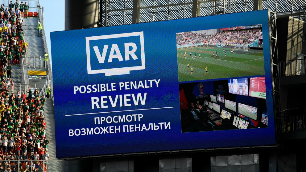 Pantalla en el Mundial de Rusia en el momento en el que actúa el VAR. (Getty)