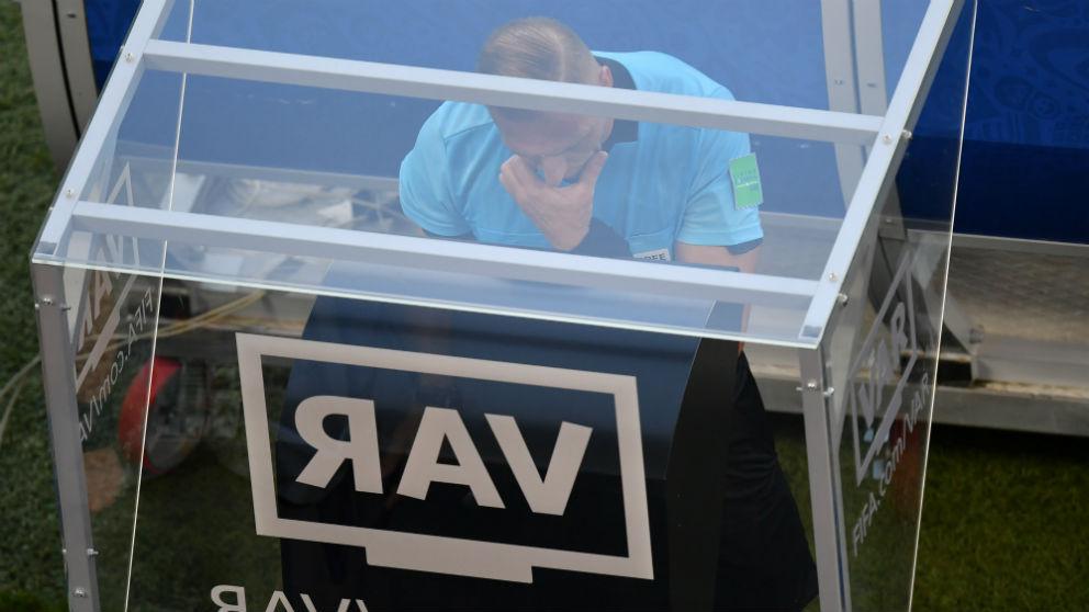 Un árbitro consulta el VAR. (Getty)