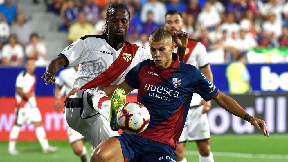 Abdoulaye Ba pelea un balón con Longo durante el Huesca – Rayo Vallecano. (EFE)