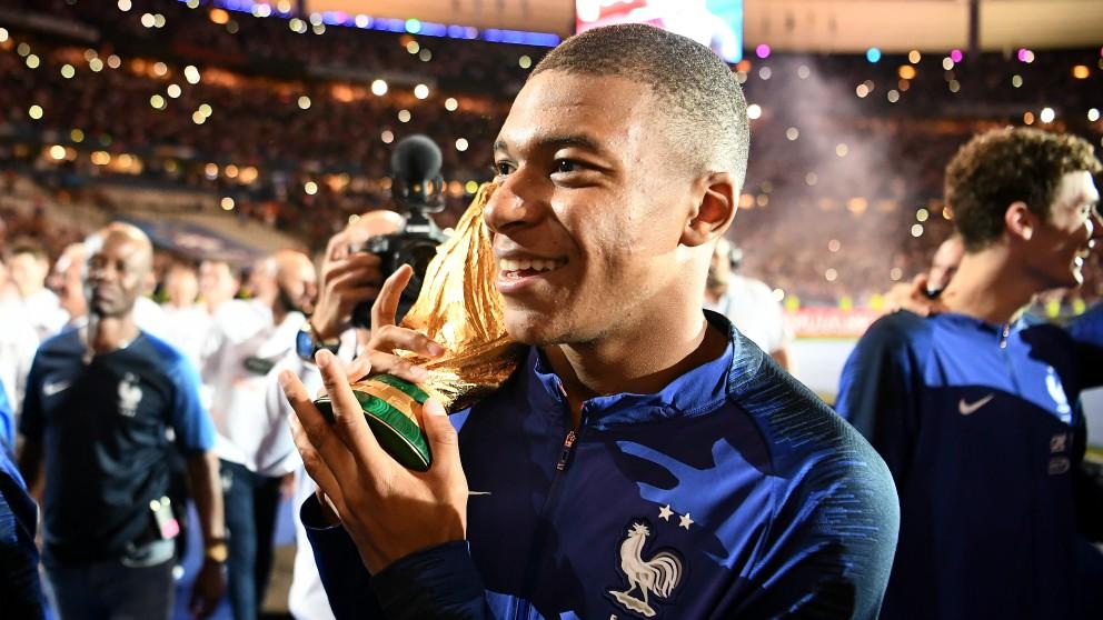 Mbappé, con la Copa del Mundo. (AFP)