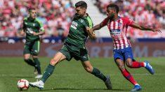Lemar disputa un balón con Sergio Álvarez (EFE) | Liga Santander: Atlético de Madrid – Eibar | Partido de fútbol hoy en directo.