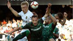 Daniel Wass y Guardado pelean por un balón. (EFE)