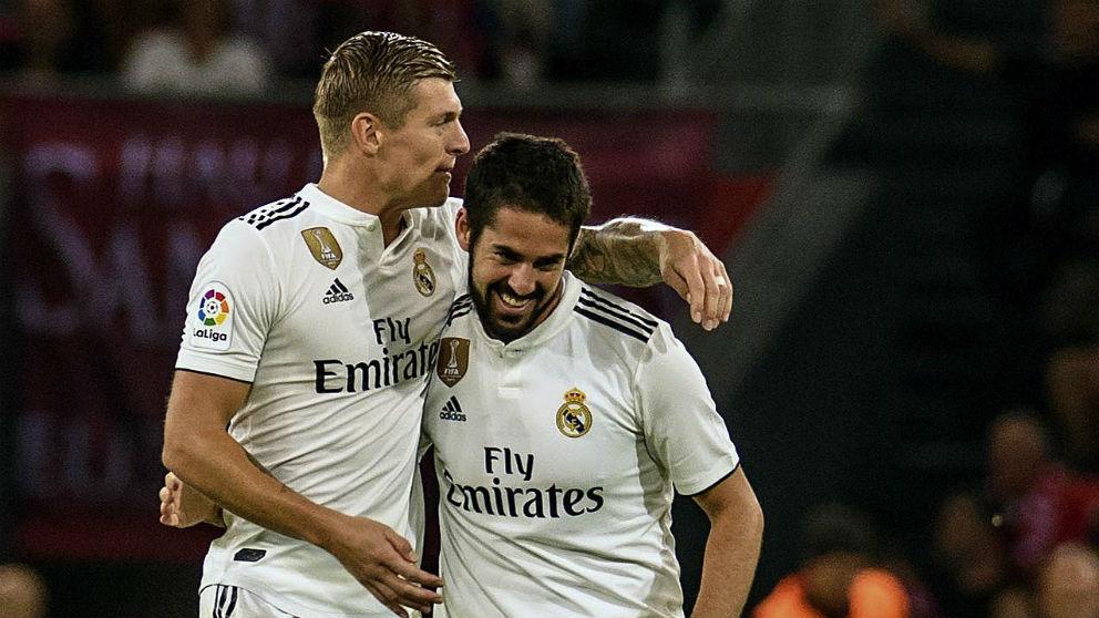 Isco celebra un gol con Kroos. (EFE)