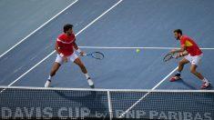 La pareja española intenta devolver una pelota. (AFP)