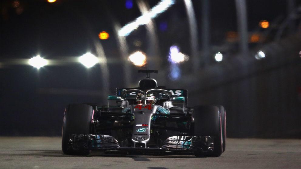 Lewis Hamilton rueda en el circuito de Singapur. (Getty)