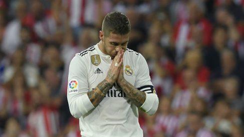 Sergio Ramos se lamenta durante un partido. (AFP)