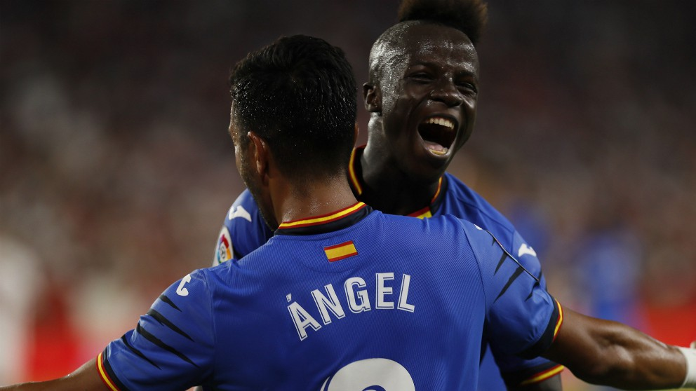 Amath y Ángel celebran uno de los goles del Getafe. (EFE)