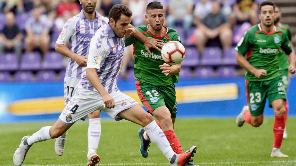 Calleri y Gontán disputan un balón en el Valladolid-Alavés. (EFE)