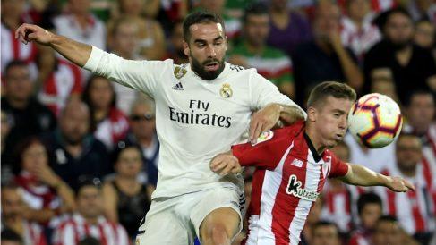 Carvajal y Muniain pelean un balón durante el Athletic – Real Madrid. (AFP)