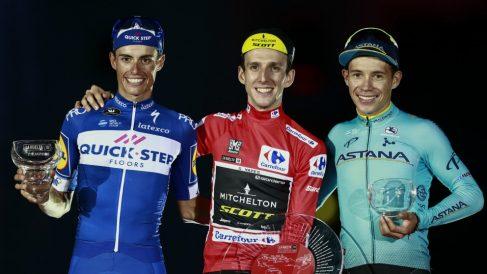 Mas, Yates y López, en el podio de la Vuelta. (AFP)