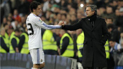 Mourinho y Özil en un partido con el Real Madrid. (AFP)