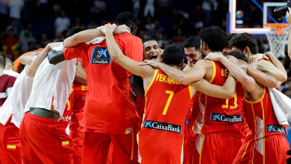España celebra su triunfo ante Letonia. (EFE)