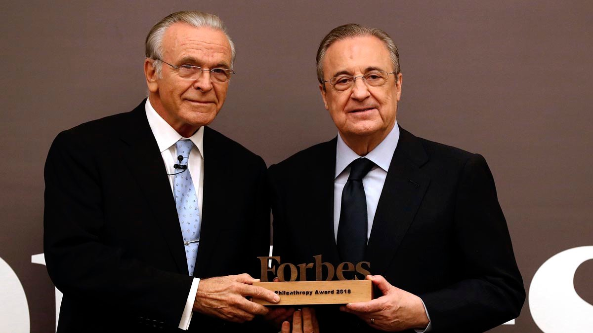 Isidro Fainé recoge el premio de manos de Florentino Pérez. Foto: EFE