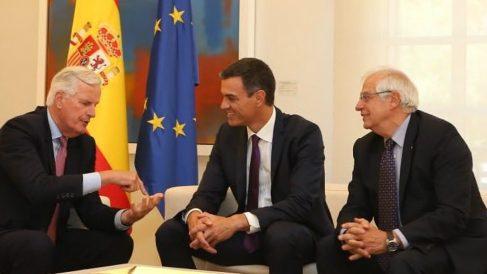 Michel Barnier, con Pedro Sánchez y Josep Borrell, en Moncloa. (TW)