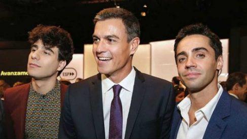 Pedro Sánchez con 'Los Javis' en su acto en Madrid (Fotografía: Instagram)
