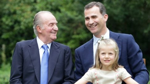El rey emérito, Juan Carlos i, su hijo Felipe VI y la Princesa Leonor. (EP)
