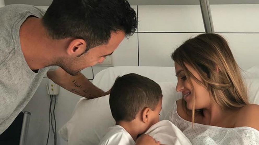 La familia Busquets, con el pequeño Levi. (Instagram)