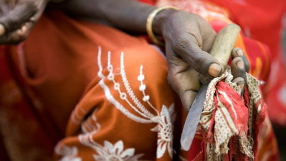 Son las mujeres mayores las que practican la ablación genital femenina con cuchillos rudimentarios. (Foto: Unicef)