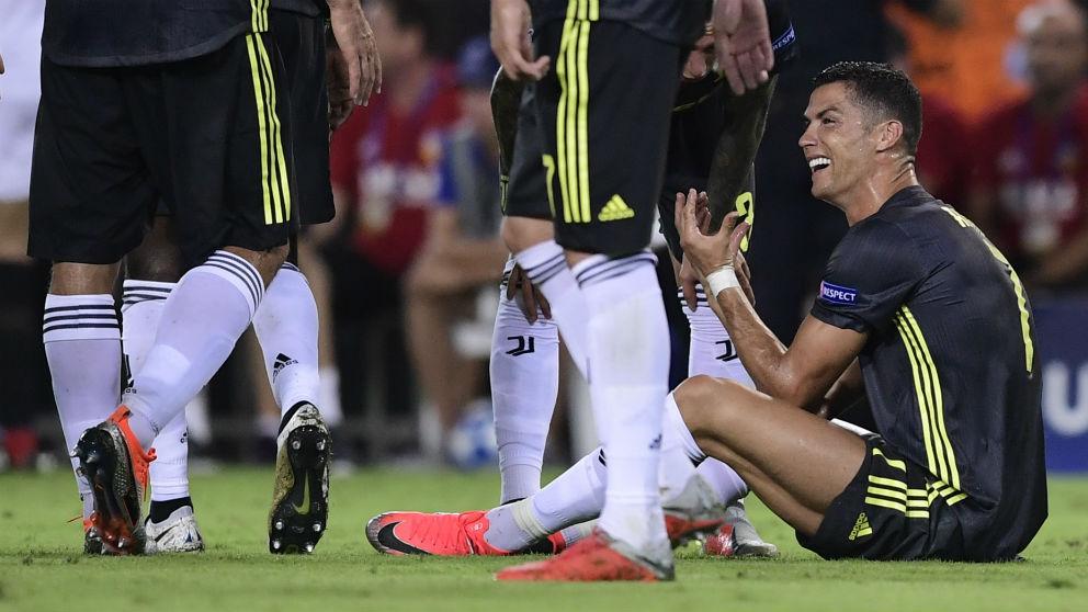 Cristiano Ronaldo se lamenta tras ser expulsado en el Valencia – Juventus. (AFP)