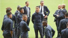 Cristiano junto a sus compañeros ayer en Mestalla. (AFP)