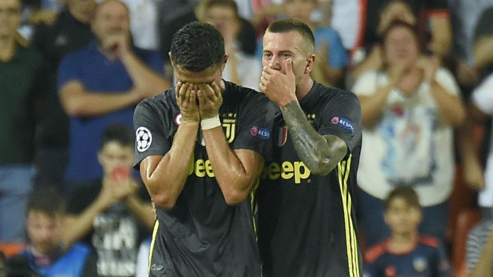 Cristiano Ronaldo se marcha llorando de Mestalla. (AFP)