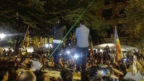 Jordi Sànchez y Jordi Cuixart, subidos a un coche de la Guardia Civil, durante el asedio del 20-S a la comisión judicial en la Consejería de Economía de la Generalitat. (EP)