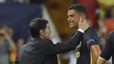 Marcelino trata de consolar a Cristiano tras su expulsión (Getty).