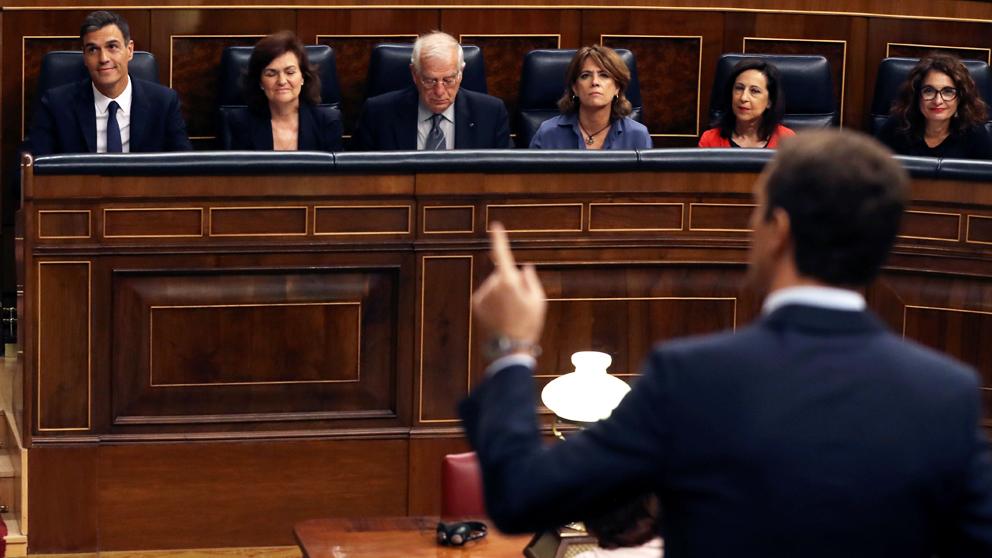 Pablo Casado pregunta a Pedro Sánchez en sesión de control. (Foto: EFE)