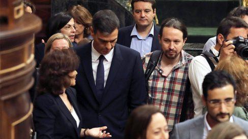 Pedro Sánchez y Pablo Iglesias en el Congreso de los Diputados. (Foto: EFE)