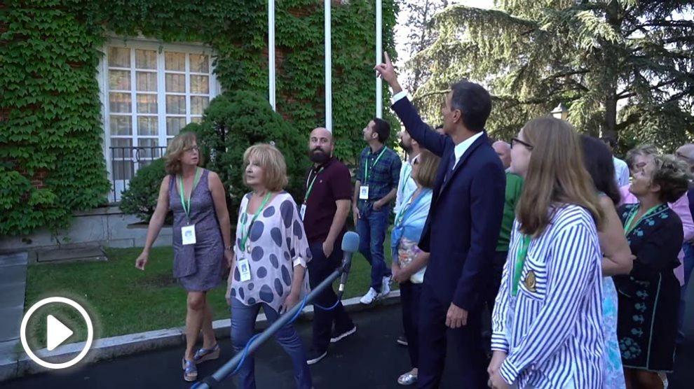 Pedro Sánchez, presidente del Gobierno, con los primeros 25 visitantes del programa Moncloa Abierta.