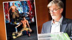 El alcalde podemita de Zaragoza, Pedro Santisteve, y una de las imágenes del calendario de bomberos