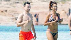 Jorge Lorenzo y su nueva novia en Ibiza. (Gtresonline)