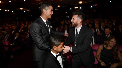 Messi y Cristiano Ronaldo se saludan en una gala del Balón de Oro. (AFP)