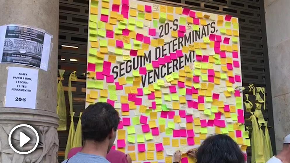 Mural desplegado en la fachada de la Consejerúa de Economía de la Generalitat