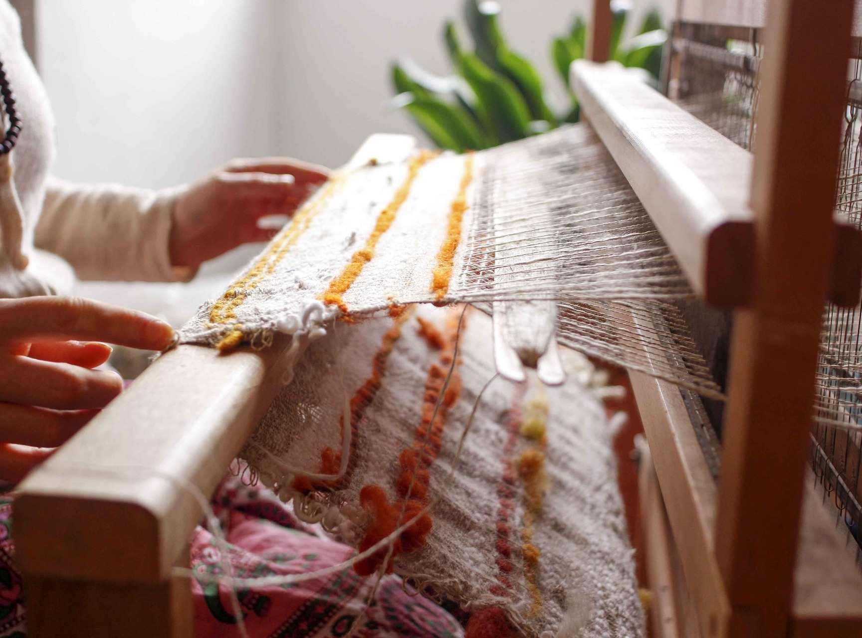 ¿Cómo funciona y quién inventó el telar?