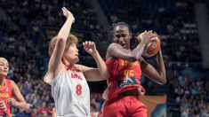 Astou Ndour pelea con una jugadora de Japón. (EFE)