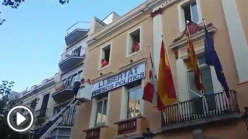 «Golpistas a prisión, Ayuntamiento prevaricador» espeta la mujer desde la vía pública.