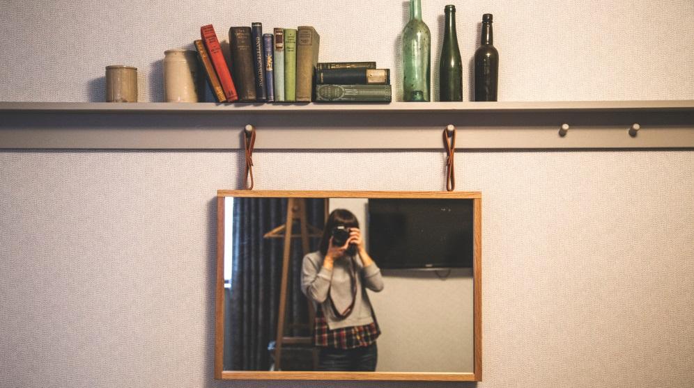 Tienes varias opciones para colgar un espejo en la pared
