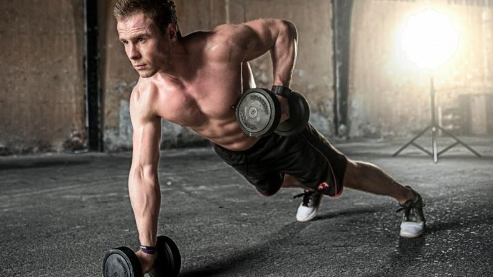 Fortalecer los tríceps nos alejará de la flacidez y nuestra apariencia mejorará.