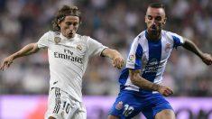 Modric disputa un balón con Darder. (AFP)