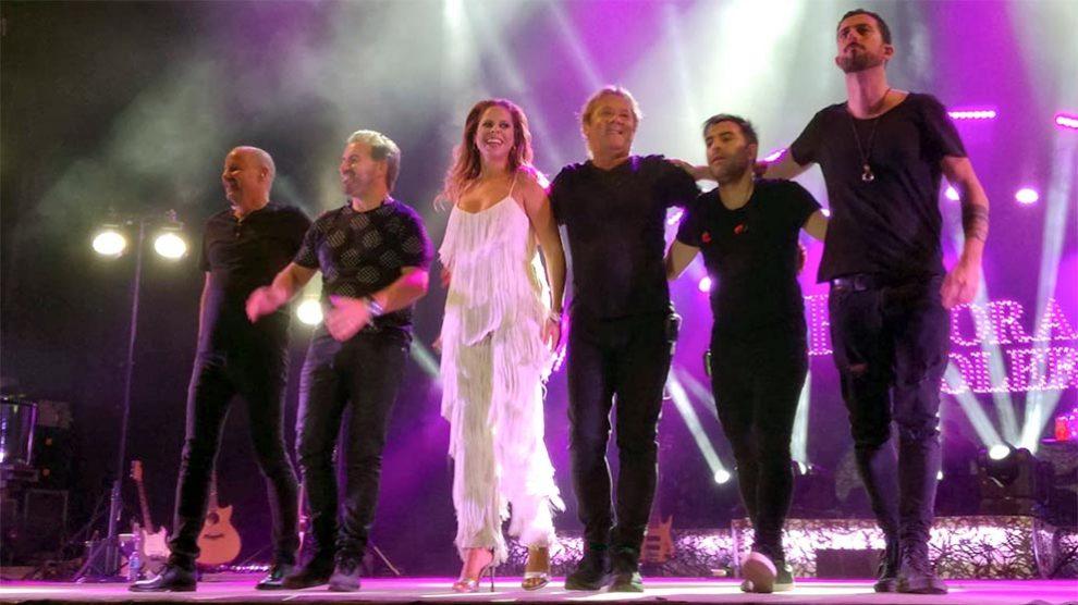 Pastora Soler saluda al público al finalizar su concierto en Sevilla.