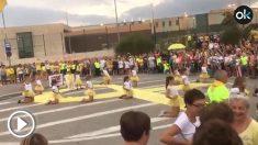Los independentistas organizan una performance infantil delante de la prisión de Puig de les Basses.