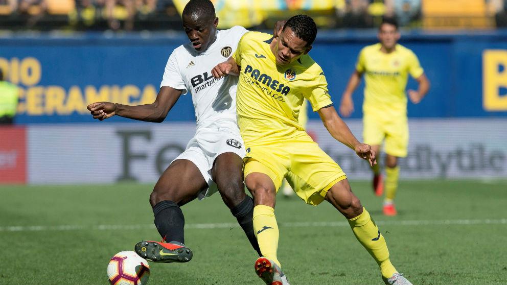 Diakhaby y Bacca pelean un balón en el Villarreal – Valencia. (EFE)