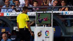 Gil Manzano consulta el VAR en el Barça-Girona. (Getty)
