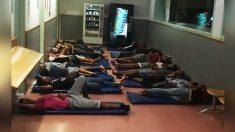 Varios menores extranjeros durmiendo en una comisaría de Barcelonaen3-interior