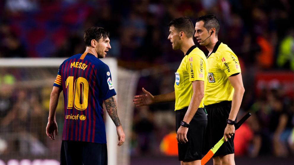 Messi le niega el saludo a Gil Manzano. (Getty)