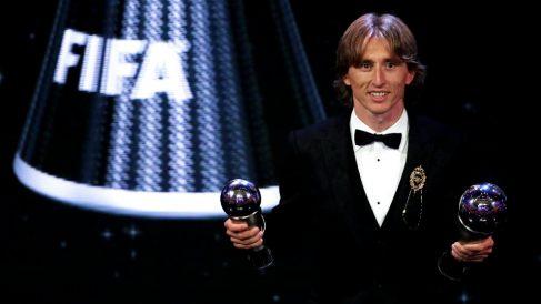 Modric, con sus dos trofeos en la gala The Best. (Getty)