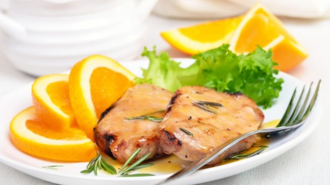 Pierna de cerdo al horno con zumo de naranja y limón
